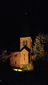 prot kirche dernbach bei nacht